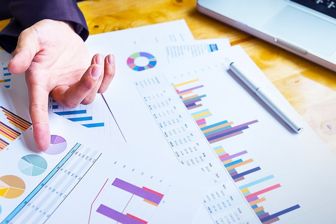 Equipo de negocios trabajando en un nuevo plan de negocios con la computadora digital moderna