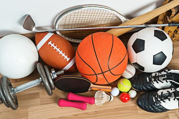 Equipo de deportes en el fondo de madera