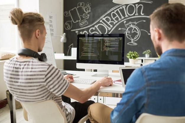 Equipo de desarrollo de software de inicio en la oficina