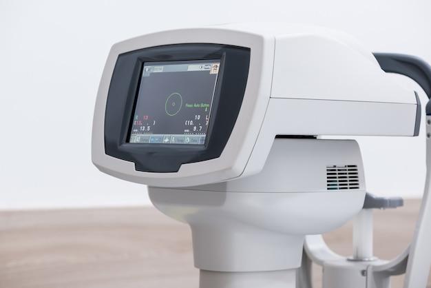 Equipo de diagnóstico oftalmológico. equipos médicos modernos en el hospital oftalmológico. concepto de medicina