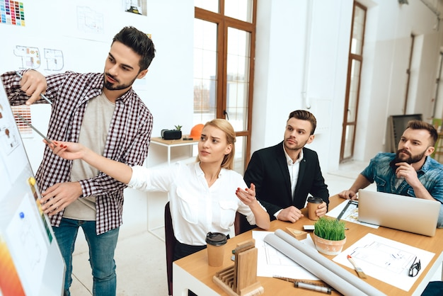 Equipo de diseñadores arquitectos viendo presentación.