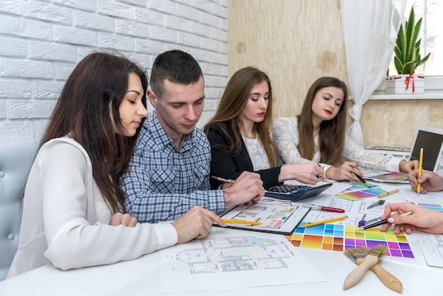 Equipo de diseñadores creativos discutiendo muestra de color
