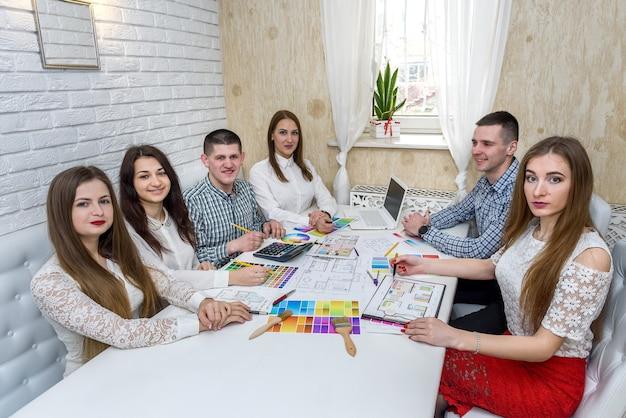 Equipo de diseñadores creativos trabajando en el nuevo proyecto de la casa