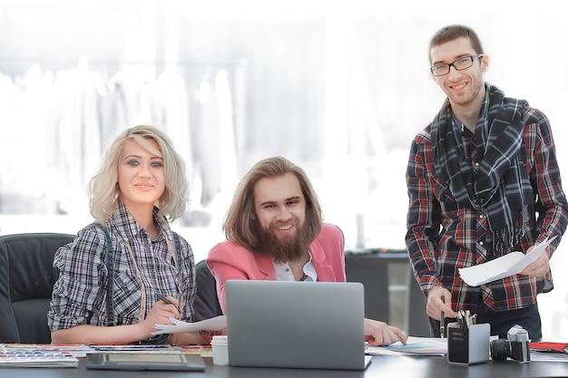 Equipo de diseñadores discutiendo nuevas ideas.