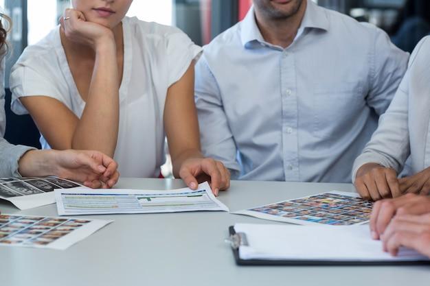 Equipo de diseñadores gráficos discutiendo sobre fotos