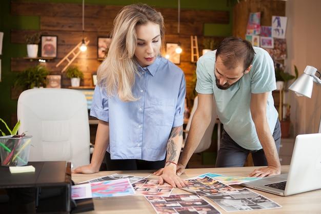 Equipo de diseñadores de moda creativos en la oficina moderna comprobando sus ideas.