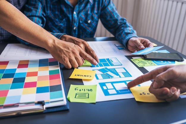 Equipo de diseñadores de ux / ui que ayudan a crear contenido y formas de aplicaciones móviles para facilitar el uso de los usuarios.