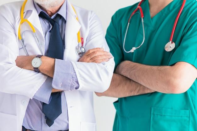 Equipo de doctores en servicios de salud hospitalarios personas.