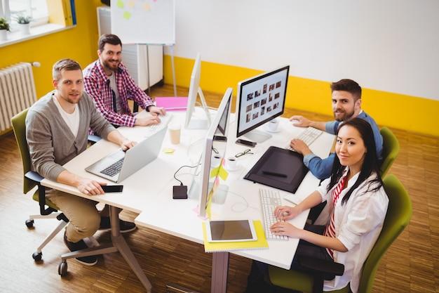 Equipo de editores trabajando en la oficina creativa
