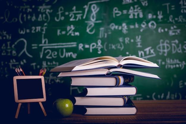 Equipo educativo, tablas y libros. concepto de educación con espacio de copia.