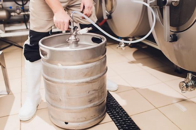 Equipo de elaboración de cerveza artesanal en cervecería tanques metálicos, producción de bebidas alcohólicas.