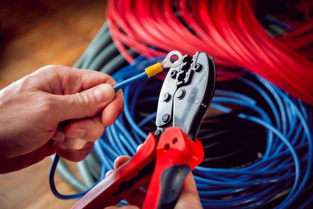 Equipo eléctrico. cable de electricidad y engarzadora.