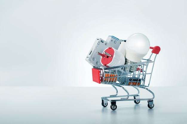 Equipo eléctrico en carrito de compras aislado en blanco backgruond con espacio de copia