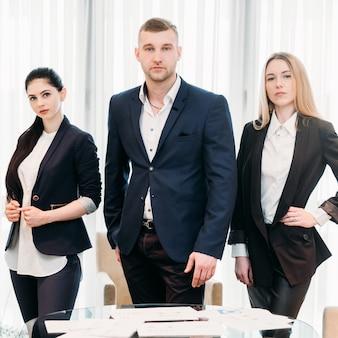 Equipo de emprendedores de la escuela de negocios. cursos de formación para directores ejecutivos.