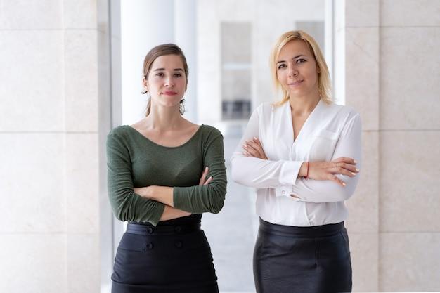 Equipo empresarial de dos jóvenes profesionales femeninas.