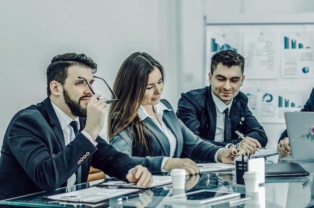 Equipo empresarial exitoso está preparando una presentación de una nueva fi