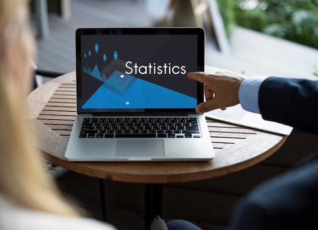 Equipo empresarial hablando de estadísticas