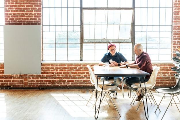 Equipo empresarial de inicio trabajando en un proyecto en una reunión