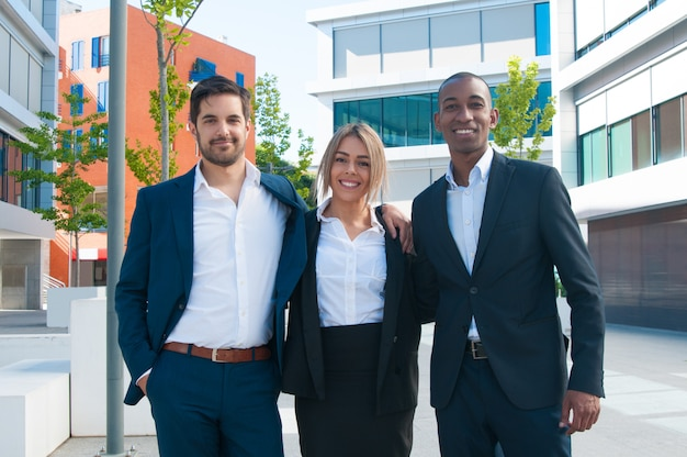 Equipo empresarial multiétnico exitoso