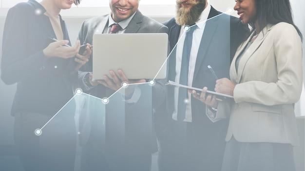 Equipo empresarial planificando una estrategia de marketing
