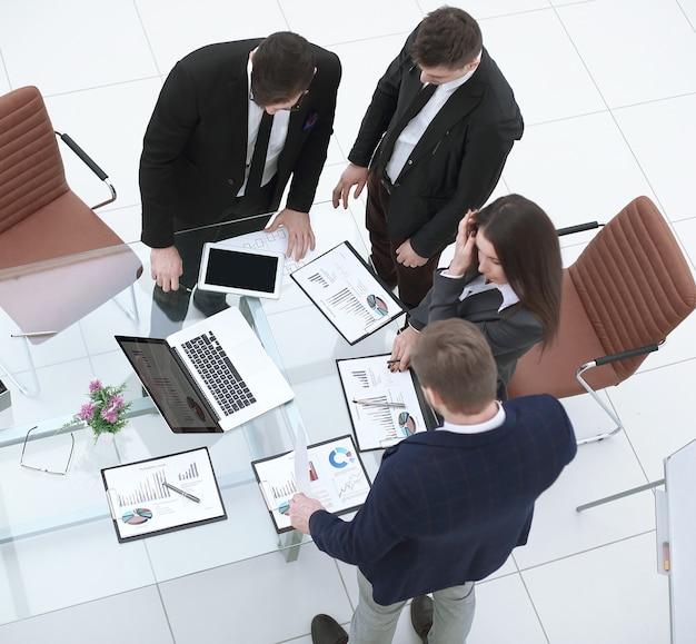 Equipo empresarial preparando una nueva presentación.