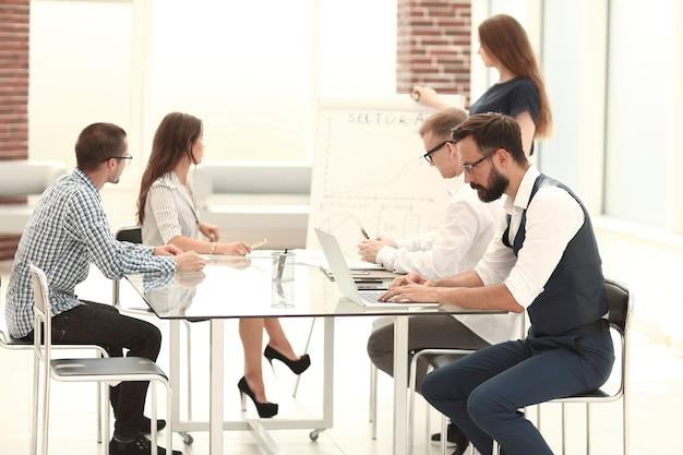 El equipo empresarial presenta un nuevo proyecto comercial. concepto de negocio