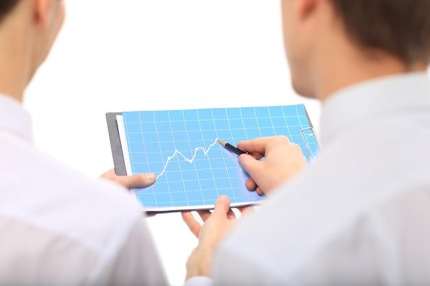 Equipo empresarial presentando resultados anuales de la estrategia establecida