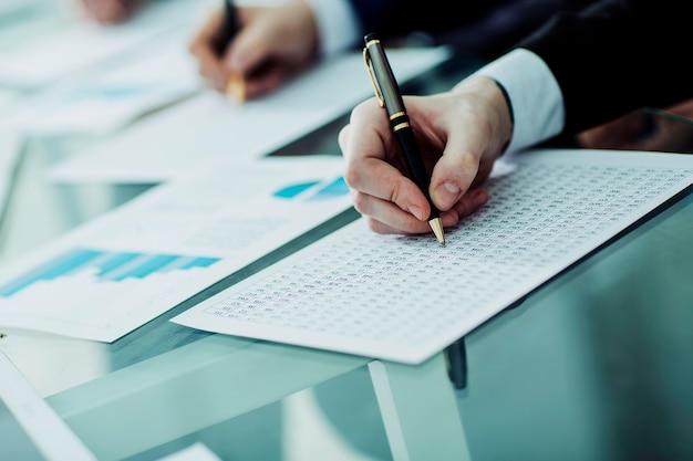 Equipo empresarial que trabaja con esquemas financieros