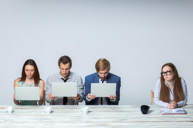 Equipo empresarial trabajando juntos en su proyecto empresarial en la oficina
