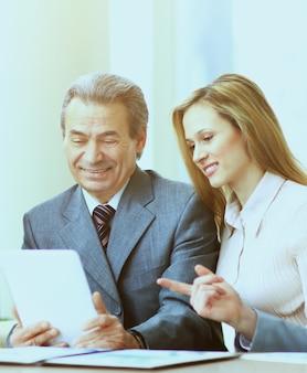 Equipo empresarial trabajando juntos en su proyecto empresarial