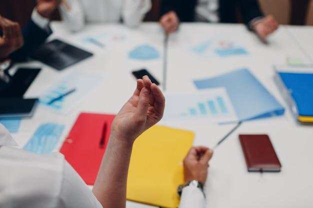 El equipo de empresario y empresaria medita y se da la mano después de la reunión de oficina. concepto de meditación de discusión de conferencia de grupo de gente de negocios.
