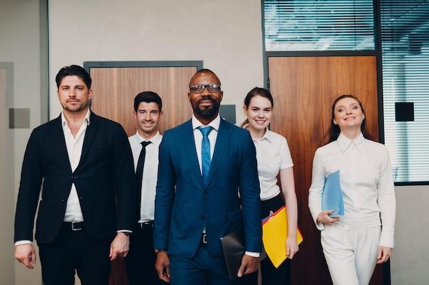 Equipo de empresario y empresaria en reunión de oficina. la discusión de la conferencia del grupo de la gente de negocios se sienta a la mesa con el hombre y la mujer del jefe.