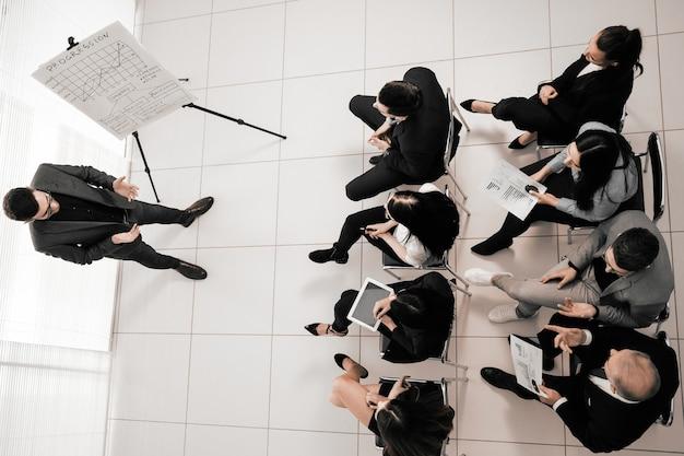 Equipo empresario y empresarial en una reunión de trabajo