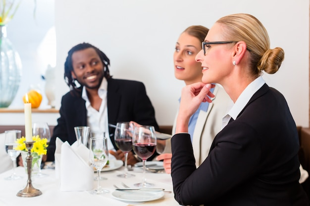 Equipo de empresarios almorzando