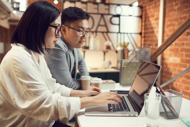 Equipo de empresarios asiáticos