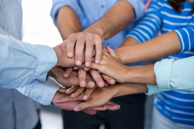 Equipo de empresarios formando handstack