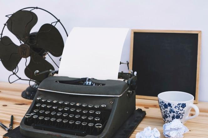 Equipo en la mesa del escritor