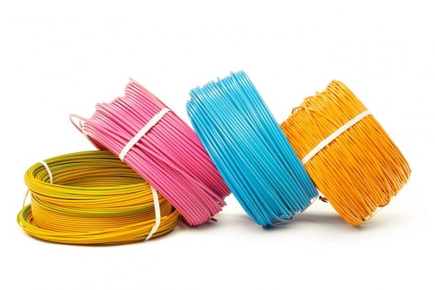Equipo de energía y tecnología de cable eléctrico aislado en blanco