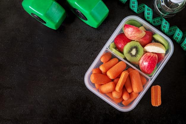 Equipo de entrenamiento. comida sana. concepto de alimentación saludable y estilo de vida deportivo.