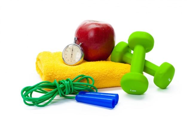 Equipo de entrenamiento. comida sana. pesas