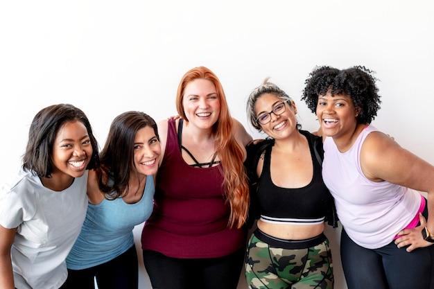 Equipo de entrenamiento femenino feliz en el gimnasio