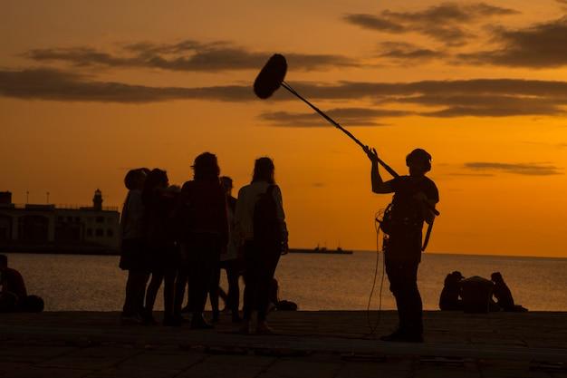 Equipo de equipo de filmación filmando escena de película