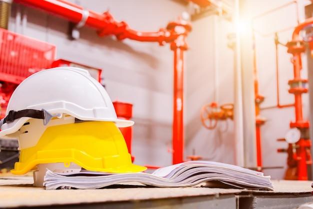 Equipo estándar de seguridad de construcción en sala de control, construcción y concepto de seguridad.