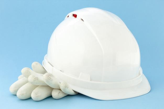 Equipo estándar de seguridad para equipos de construcción. casco y guantes del constructor.