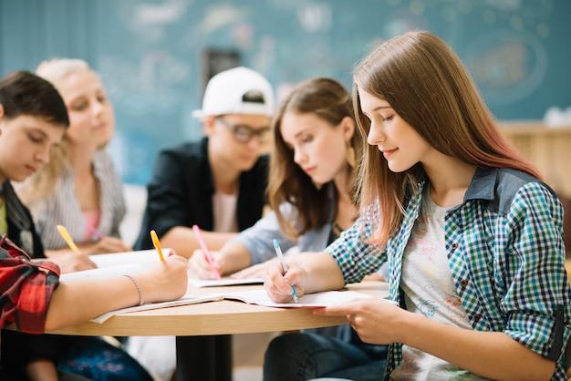 Equipo de estudiantes que completan la tarea