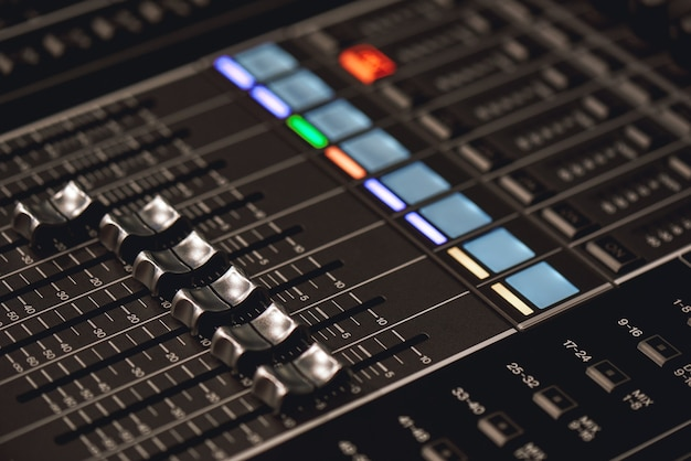 Equipo de estudio profesional para mezcla de sonido vista de cerca de botones de control de audio
