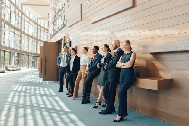 Equipo exitoso de jóvenes empresarios de perspectiva en la oficina