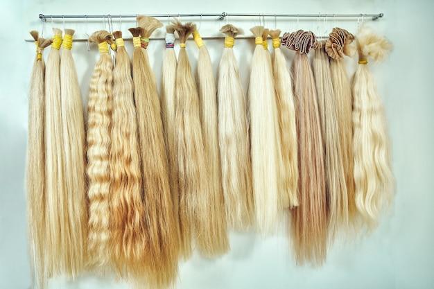 Equipo de extensión de cabello de cabello natural. muestras de cabello de diferentes colores