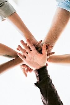 Equipo feliz juntando sus manos para el éxito