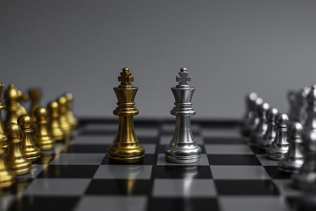 Equipo de figura de ajedrez en tablero de ajedrez.